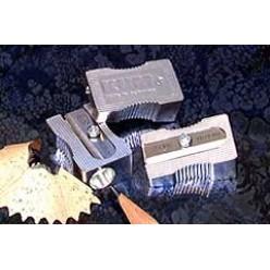 Точилка KUM, одинарная, без накопителя, магневый сплав, клиновидная, выемки для пальцев